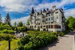 Schlossgebäude mit Bäumen Stockbilder