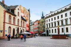 Schlossplatz-Quadrat und Fußgängerstraße Marktstrasse in Wiesba Lizenzfreie Stockfotos