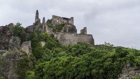 Schlossruinen an der Spitze des felsigen Berges stockbild