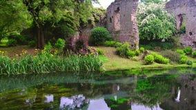 Schlossruinen des Flusses 4k arbeiten Märchennymphengarten im Garten stock video