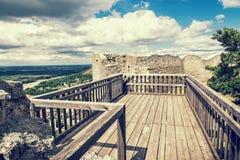 Schlossruinen von Hainburg ein der Donau, blauer Fotofilter Lizenzfreies Stockfoto