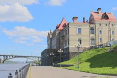 Schlosssommerreise an einem warmen, sonnigen Tag lizenzfreie stockfotografie