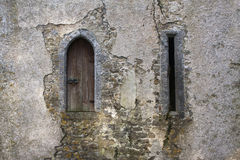 Schlosswachturmfenster und Bogenschießenpfeilschleife Stockfotos