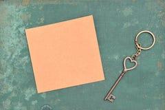 Schlüssel und braunes Papier Lizenzfreies Stockfoto