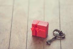 Schlüssel und Geschenk Stockfotos