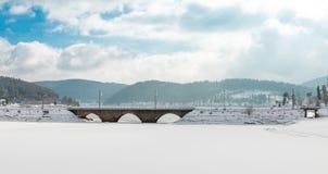 Schluchsee congelado del lago con el puente y el cielo azul con las nubes en el bosque negro foto de archivo libre de regalías