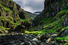 Schlucht auf den Ostfjorden von Island stockfotografie