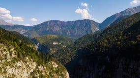 Schlucht in den Bergen Yupshar-Schlucht - Steintasche Abchasien georgia stockfotografie