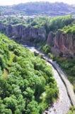 Schlucht des ARPA-Flusses Ansicht der Berge, des Flusses, der Straße und des blauen Himmels Die Stadt von Jermuk, Armenien Lizenzfreie Stockfotografie