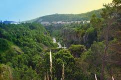 Schlucht des ARPA-Flusses Ansicht der Berge, des Flusses und des blauen Himmels Die Stadt von Jermuk, Armenien Lizenzfreie Stockfotos