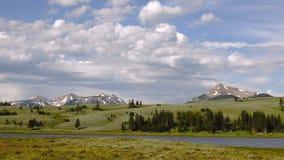 Schlucht flacher Yellowstone-Obsidian-Nebenfluss-großartiger Umgehungsstraße-Berg Holmes stock video footage