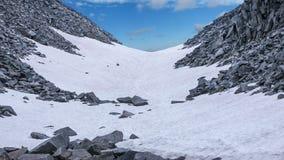 Schlucht im Schnee zwischen den Felsen Stockfoto