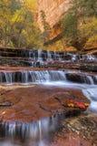 Schlucht-Klippen und rote Wasserfälle Lizenzfreies Stockbild