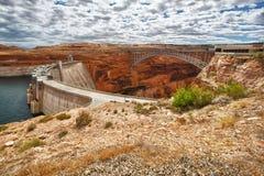 Schluchtverdammung und -brücke in der Seite, Arizona lizenzfreie stockfotos