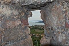 Schlupfloch des mittelalterlichen Padenghe-Schlosses Lizenzfreie Stockfotos