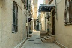 Schmale alte klassische leere Straße in der alten Stadt von Baku - Icheri Sheher Stockbilder