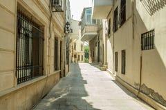 Schmale alte klassische leere Straße in der alten Stadt von Baku - Icheri Sheher Lizenzfreie Stockbilder
