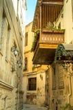 Schmale alte klassische leere Straße in der alten Stadt von Baku - Icheri Sheher Lizenzfreies Stockfoto