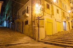 Schmale alte Straße und Treppe in Valletta Lizenzfreies Stockbild