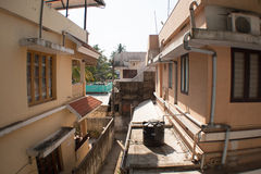 Schmale Bahn zwischen Häusern Stockfotografie