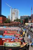 Schmale Boote in Gas-Straßenkanal Becken Birmingham Stockfotografie