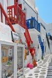 Schmale bunte Straße im alten Teil von Chora von Mykonos-Insel Griechenland Stockfotografie