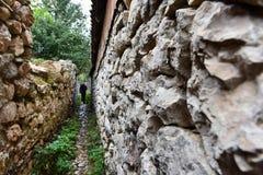 Schmale Dorfgasse mit Steinwänden Stockbild