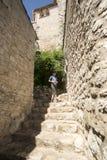 Schmale Gasse in Èze-Dorf, Frankreich Lizenzfreies Stockfoto
