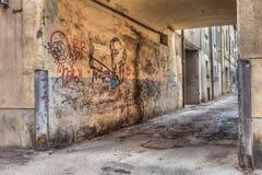 Schmale Gasse in der alten Stadt stockfotos