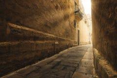 Schmale Gasse in der mittelalterlichen historischen Stadt von Mdina, Malta lizenzfreie stockfotografie