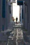 Schmale Gasse in der Mykonos Stadt Lizenzfreie Stockfotografie