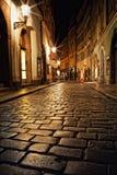 Schmale Gasse mit Laternen in Prag nachts Lizenzfreie Stockfotografie