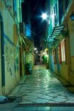 Schmale Gasse nachts auf Korfu-Insel Lizenzfreie Stockfotografie