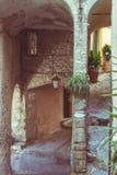 Schmale Gassen, historische alte alte Stadt in Italien, Architekturdetails, getontes Bild, Weinlesefilter, aufgeteiltes Tonen Stockbild