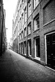 Schmale kleine leere Straßen von Amsterdam Lizenzfreie Stockfotos