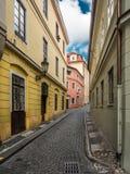 Schmale Kopfsteinstraße in Prag lizenzfreie stockbilder