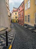 Schmale Kopfsteinstraße in Prag stockbild