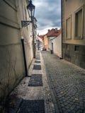Schmale Kopfsteinstraße in Prag stockfoto