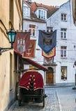 Schmale mittelalterliche Straße in der alten Stadt von Riga, Lettland Lizenzfreies Stockbild