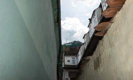 Schmale mittelalterliche Straße in der europäischen Stadt von Brasov, Rumänien Osteuropa-Architektur Lizenzfreie Stockbilder