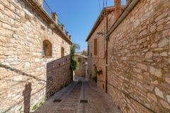 Schmale mittelalterliche Straße in Spello Umbrien, Italien lizenzfreies stockfoto