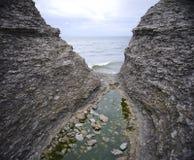 Schmale Schlucht und Ozean Stockfotos
