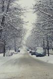 Schmale schneebedeckte Straße in der Stadt Stockbild