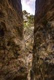 Schmale Sprünge im Sandstein lizenzfreies stockfoto