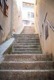 Schmale Steintreppe in der alten Stadt stockfotos