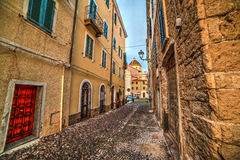 Schmale Straße in alter Stadt Alghero Lizenzfreie Stockfotografie