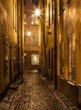 Schmale Straße in alter Stadt Stockholms nachts. Lizenzfreie Stockfotos