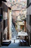 Schmale Straße auf Hügel in Siena Lizenzfreies Stockbild