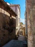 Schmale Straße auf Korcula-Insel, Kroatien, wenn dem überhängendem Balkon und Gebäude oben verbinden stockfoto
