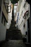Schmale Straße in Bergen Stockbild